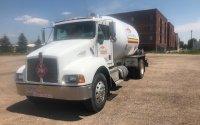 Vue du devant d'un camion-citerne Kenworth T300 2001 blanc   Camion-citerne   Mesures Calib-Tech   Montréal